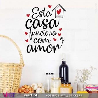 Esta casa funciona com Amor. Vinil Decorativo Parede! Autocolante Adesivo. Vinis Decorativos Viart - 1