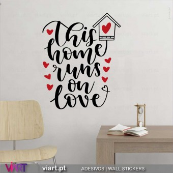 Esta casa funciona com Amor. Vinil Decorativo Parede! Autocolante Adesivo. Vinis Decorativos Viart - 5